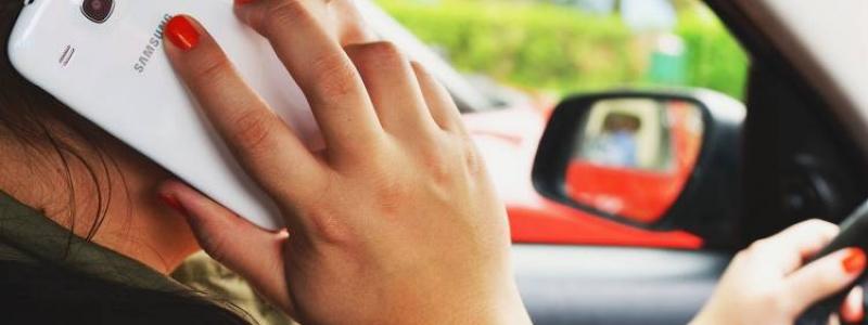conducir-coche-auriculares-multa-puntos_750x